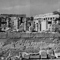 Карнак. Египет. Храм Амона. Вид с юго-запада. На переднем плане стена Рамсеса II, окружающая двор периода XII династии. В глубине - храм Тутмоса III. Фотограф: Анджей Дзевановский
