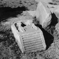 Карнак. Египет. Храм Амона. Двор периода XII династии. Южная часть наоса со ступнями уничтоженной статуи павиана. Фотограф: Анджей Дзевановский