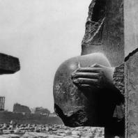 Карнак. Египет. Храм Амона. Фрагмент статуи фараона у Хебседного зала Тутмоса III. Фотограф: Анджей Дзевановский