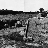 Карнак. Египет. Северо-восточная угловая часть храма Тутмоса III, на стенах иероглифический текст и рельефы времени Рамсеса II. Фотограф: Анджей Дзевановский