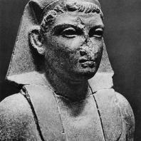 Карнак. Египет. Голова гранитной статуи Октавиана Августа, найденная в Карнаке. Фотограф: Анджей Дзевановский