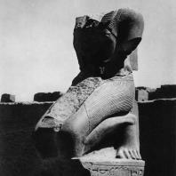 Карнак. Египет. Храм Амона. Фрагмент статуи фараона из Хебседного зала Тутмоса III. Фотограф: Анджей Дзевановский