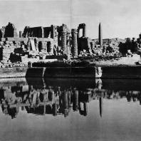 Карнак. Египет. Священное озеро (на переднем плане), в глубине - руины храма Амона, вид с юга. Фотограф: Анджей Дзевановский