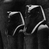 Карнак. Египет. Храм Амона. Статуи из розового гранита, изображающие фараонов XVIII династии, перед фасадом VII пилона. Фотограф: Анджей Дзевановский