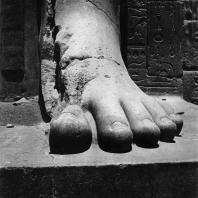 Карнак. Египет. Храм Амона. Ступни колоссальной статуи Рамсеса II перед VII пилоном. Фотограф: Анджей Дзевановский