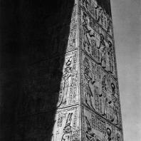 Карнак. Египет. Фрагмент ворот Птолемея III Евергета I перед храмом Хонсу. Фотограф: Анджей Дзевановский