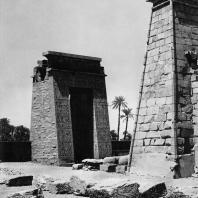 Карнак. Египет. Ворота Птолемея III Евергета I и фрагмент аллеи сфинксов Аменхотепа III перед пилоном храма Хонсу. Фотограф: Анджей Дзевановский