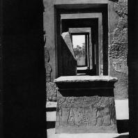 Карнак. Египет. Храм Хонсу. Вид из святилища на алтарь эпохи Рамесидов и вход в храм. Фотограф: Анджей Дзевановский