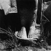 Карнак. Египет. Комплекс богини Мут. Ступни одной из статуй богини Сохмет. Эпоха Аменхотепа III. Фотограф: Анджей Дзевановский