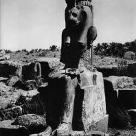 Карнак. Египет. Комплекс богини Мут. Одна из гранитных статуй богини Сохмет времени Аменхотепа III. Фотограф: Анджей Дзевановский