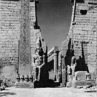 Луксор. Египет. Фронтон I пилона с колоссальными статуями Рамсеса II. С левой стороны обелиск этого же фараона. Фотограф: Анджей Дзевановский
