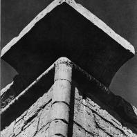 Луксор. Египет. Угловой карниз I пилона над входом в храм. Вид с северо-западной стороны. Фотограф: Анджей Дзевановский