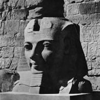Луксор. Египет. Голова статуи фараона перед I пилоном. Фотограф: Анджей Дзевановский