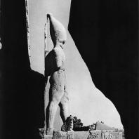 Луксор. Египет. Статуя Рамсеса II, стоящая перед I пилоном справа от входа. Вид с восточной стороны. Фотограф: Анджей Дзевановский