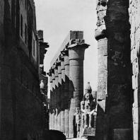 Луксор. Египет. Процессионная колоннада Аменхотепа III. Вид со стороны главного входа в храм. Фотограф: Анджей Дзевановский
