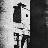 Луксор. Египет. Фрагмент первого двора. В глубине западная башня пилона Рамсеса II. Фотограф: Зигмунт Высоцкий