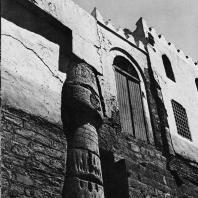 Луксор. Египет. Фрагмент восточной стены двора Рамсеса II с примыкающей к ней мечетью Абу-Хаггаг. Фотограф: Анджей Дзевановский