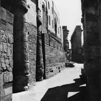 Луксор. Египет. Первый двор со стеной пристроенной мечети. Вид с северной стороны. Фотограф: Анджей Дзевановский