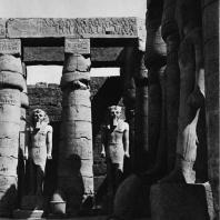 Луксор. Египет. Узурпированные Рамсесом II статуи Аменхотепа III между колоннами первого двора. Фотограф: Анджей Дзевановский