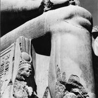 Луксор. Египет. Фрагмент статуи Аменхотепа III, узурпированной Рамсесом II. Фотограф: Анджей Дзевановский