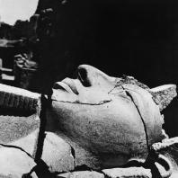 Луксор. Египет. Голова фараона. Фрагмент статуи перед I пилоном. Фотограф: Анджей Дзевановский