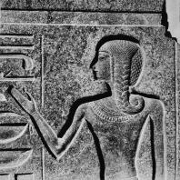 Луксор. Египет. Наследник престола. Рельеф на базе статуи Рамсеса II. Первый двор. Фотограф: Анджей Дзевановский