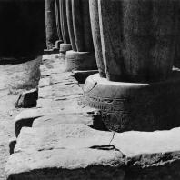 Луксор. Египет. Базы папирусообразных гранитных колонн, покрытые надписями. Фотограф: Анджей Дзевановский