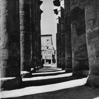 Луксор. Египет. Процессионная колоннада Аменхотепа III. В глубине I пилон. Фотограф: Анджей Дзевановский