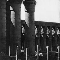 Луксор. Египет. Римские колонны и алтарь на фоне колоннады храма. Вид со стороны Нила. Фотограф: Анджей Дзевановский