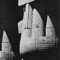 Луксор. Египет. Верхняя часть портика с высеченными на ней надписями. Второй двор. Фотограф: Анджей Дзевановский