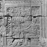 Луксор. Египет. Коленопреклоненный Аменхотеп III перед Амоном. Первое преддверие. Фотограф: Анджей Дзевановский