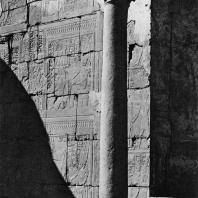 Луксор. Египет. Коптская колонна на фоне первого преддверия, превращенного в христианское время в часовню. Фотограф: Анджей Дзевановский