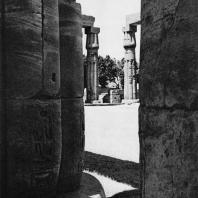 Луксор. Египет. Папирусообразные колонны второго двора. Фотограф: Анджей Дзевановский