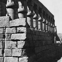 Луксор. Египет. Угловая часть колоннады второго двора. Вид с юго-восточной стороны. Фотограф: Анджей Дзевановский