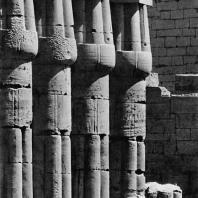 Луксор. Египет. Колонны второго двора. Вид с восточной стороны. Фотограф: Анджей Дзевановский
