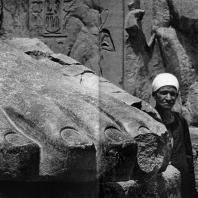 Луксор. Египет. Ступня гранитной статуи Рамсеса II, стоящей перед I пилоном. Фотограф: Анджей Дзевановский