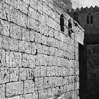 Луксор. Египет. Восточная внешняя стена храма у первого двора с фрагментом текста, повествующего о битве под Кадешем. Фотограф: Анджей Дзевановский