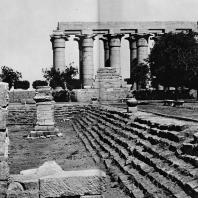 Луксор. Египет. Вид храма с восточной стороны. На переднем плане сооружения римского времени. Фотограф: Анджей Дзевановский