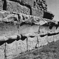 Луксор. Египет. Фрагмент профилированной нижней части внешней стены храма. Вид с северо-западной стороны. Фотограф: Анджей Дзевановский