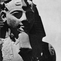 Луксор. Египет. Голова Аменхотепа III. Фрагмент статуи, узурпированной Рамсесом II. Фотограф: Анджей Дзевановский