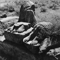 Луксор. Египет. Фрагменты статуй, обнаруженных перед восточной стеной храма. Фотограф: Анджей Дзевановский