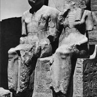 Луксор. Египет. Статуи Рамсеса II и его супруги в процессионной колоннаде Аменхотепа III. Фотограф: Анджей Дзевановский
