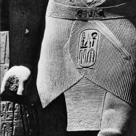 Луксор. Египет. Фрагмент статуи Аменхотепа III, узурпированной Рамсесом II. Первый двор. Фотограф: Анджей Дзевановский