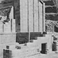 Фасад одного из реконструированных строений на западной стороне дворца Хеб-Сед в гробнице Джосера в Саккаре. III династия. Фото: Анджей Дзевановский