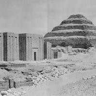Некрополь Джосера в Саккаре. Вид с юго-востока. Фото: Анджей Дзевановский