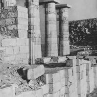 Реконструированный полукруглый зал в гробнице Джосера в Саккаре. Фото: Анджей Дзевановский