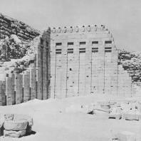 Сохранившийся юго-западный угол стены во дворе некрополя Джосера в Саккаре. Фото: Анджей Дзевановский
