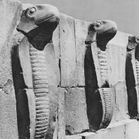 Фриз с кобрами, юго-западный угол стены гробницы Джосера в Саккаре. Фото: Анджей Дзевановский