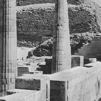 """Руины так называемого """"малого храма"""" в гробнице Джосера в Саккаре. Вид с юго-востока. Фото: Анджей Дзевановский"""