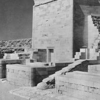 Одно из реконструированных строений на восточной стороне дворца Хеб-Сед в гробнице Джосера в Саккаре. Фото: Анджей Дзевановский